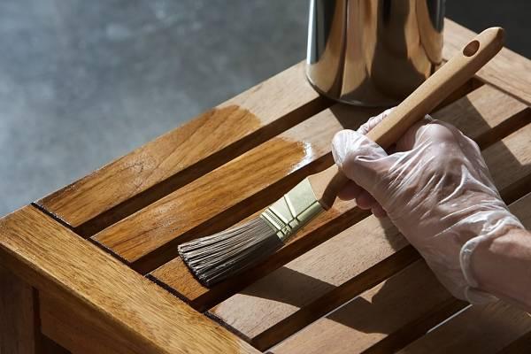 Como pintar madeira com verniz